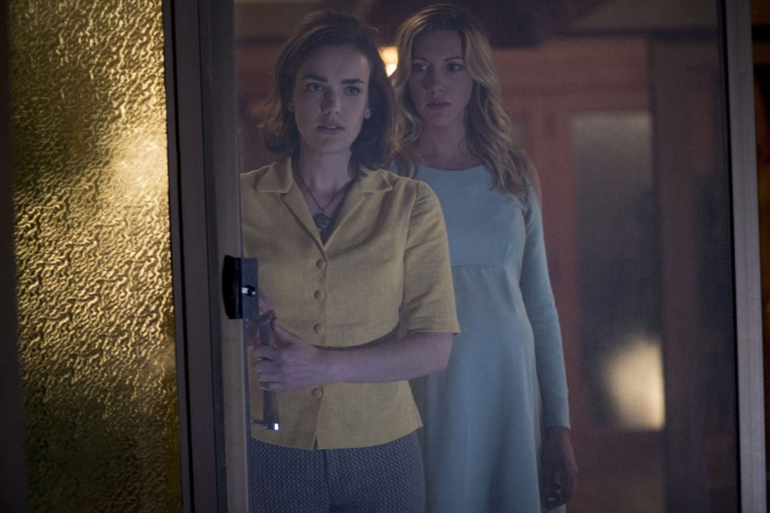 Wolves At The Door : Bild Elizabeth Henstridge, Katie Cassidy